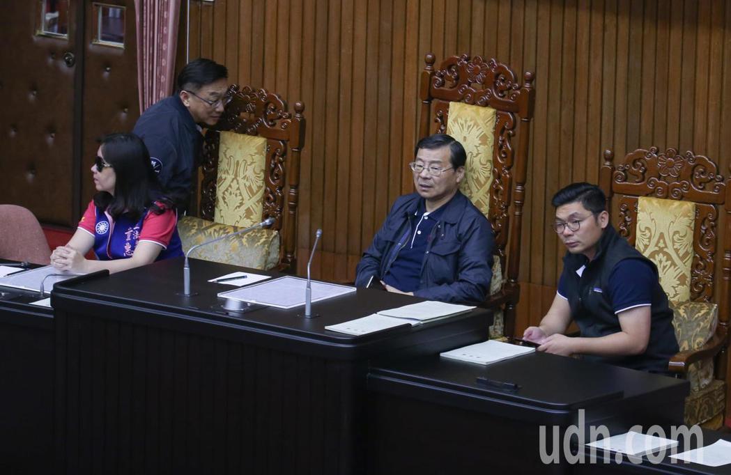 國民黨立委曾銘宗等人一早就先占領主席台。記者陳柏亨/攝影