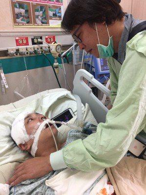 楊琮閔站在病床邊看著昏迷了51天之後剛甦醒的妻子,倆人四目相望,都忍不住流下淚來...