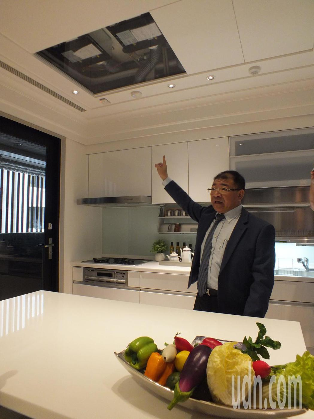 順天硯山行業務總監蘇興民說,硯山行引進日本醫療等級的外氣清淨機,為住戶健康把關。...