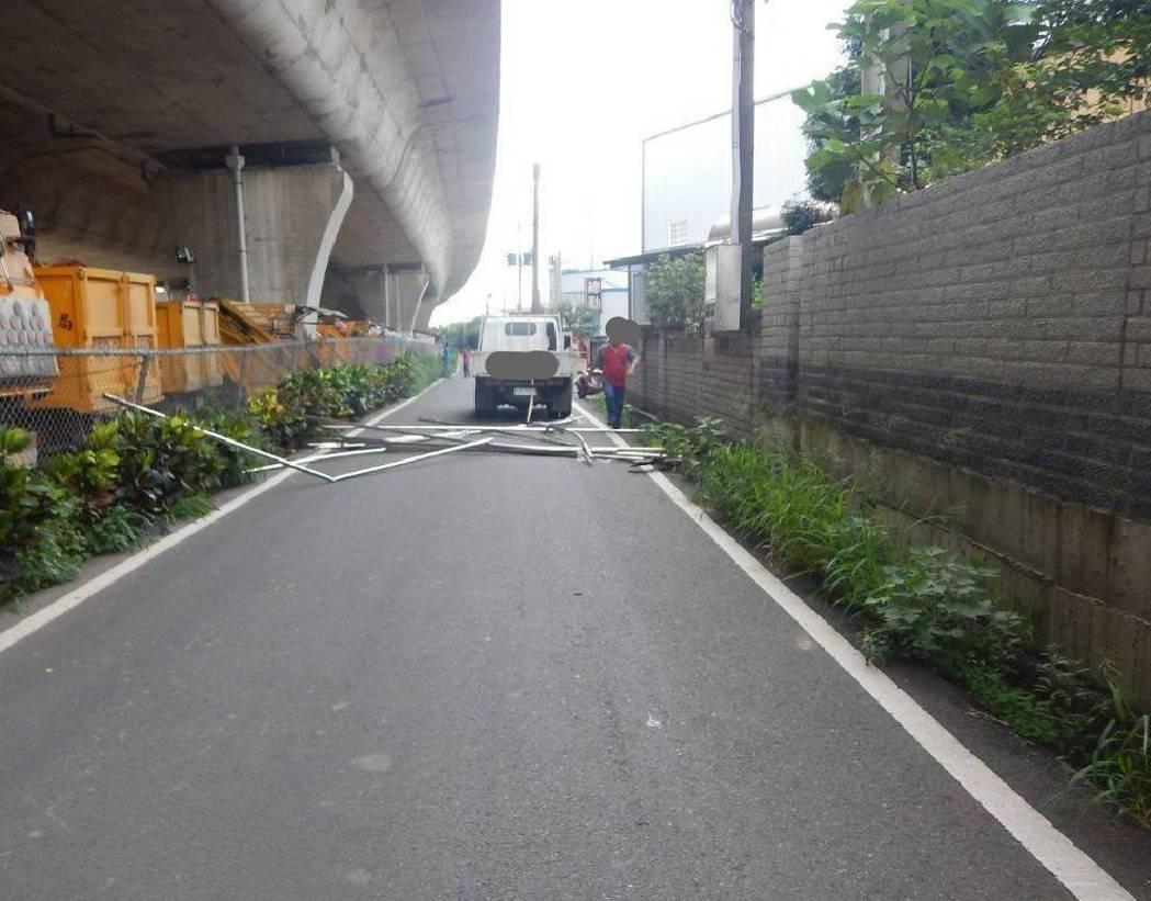 台中市警局交通大隊統計今年已有52件因貨物未捆妥而導致的車禍,造成3人送命,提醒...