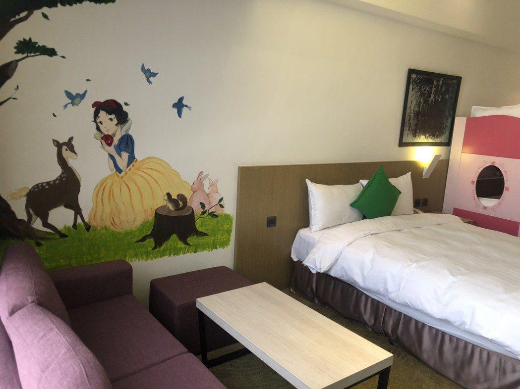 樂億皇家的房型多元、寬敞舒適,最具特色的就是親子房,請來藝術家在牆面彩繪白雪公主...