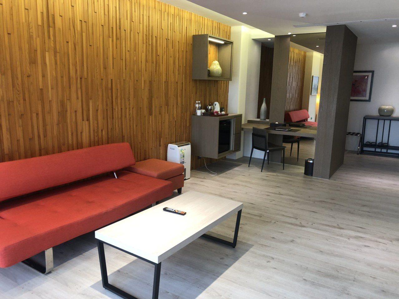 樂億皇家酒店房間寬敞明亮,商務客來可辦公也能放鬆。記者李承穎/攝影