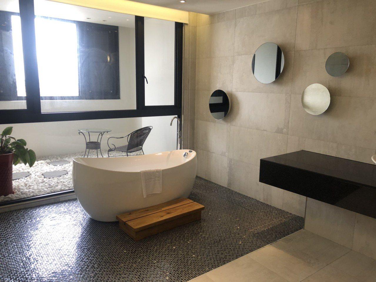 樂億皇家酒店房間寬敞明亮,連浴室都很時尚。記者李承穎/攝影