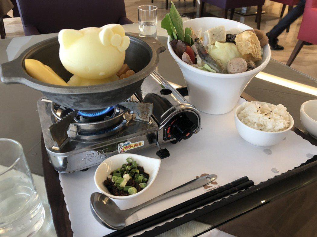 樂億皇家的餐廳有港式飲茶和火鍋等各式餐點,最出名的就是凱蒂貓牛奶鍋。記者李承穎/...