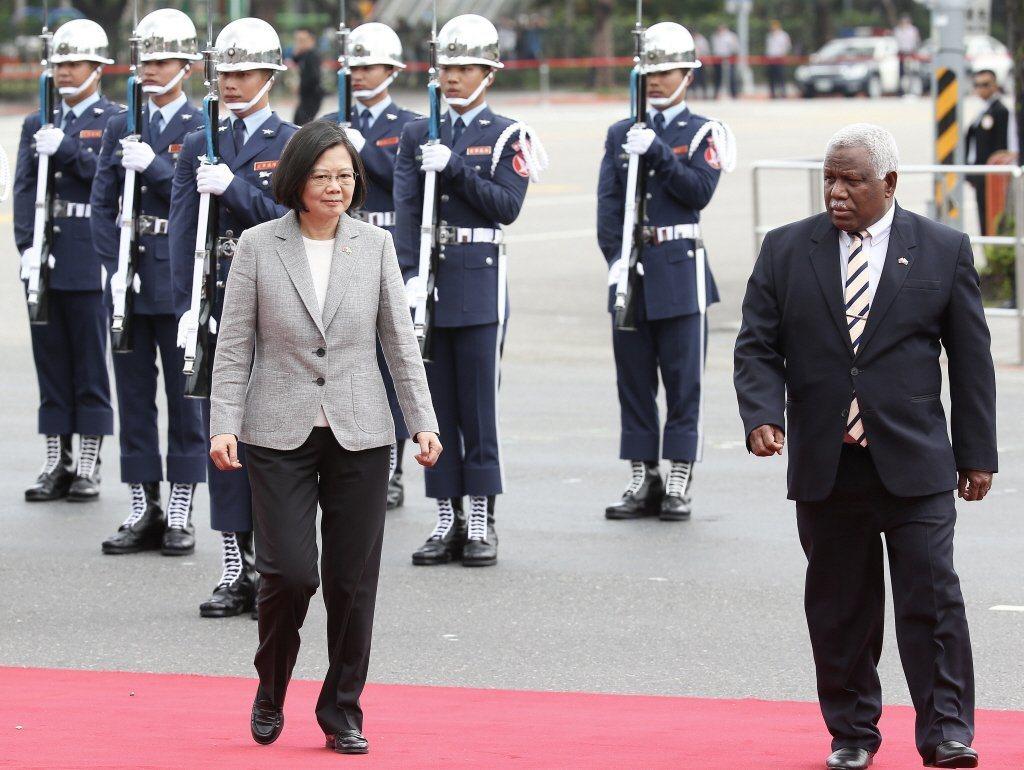 圖為2018年蔡英文總統(左)在總統府前舉行軍禮,歡迎索羅門群島總理何瑞朗(右)...