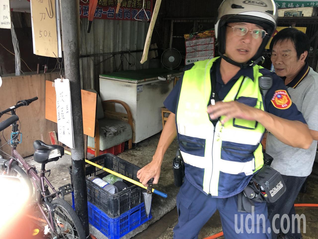 警方在現場起獲一把水果刀。記者李承穎/攝影
