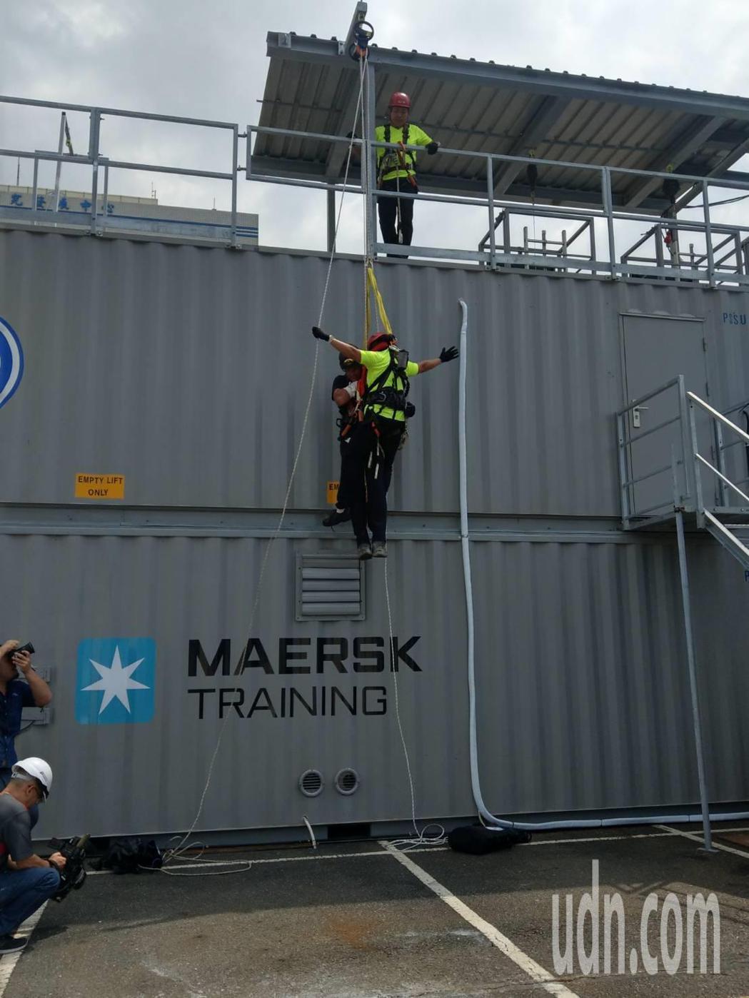 經濟部能源局今天上午在金屬中心開辦離岸風電人才培訓班,外籍教練以熟練的手法,教導...