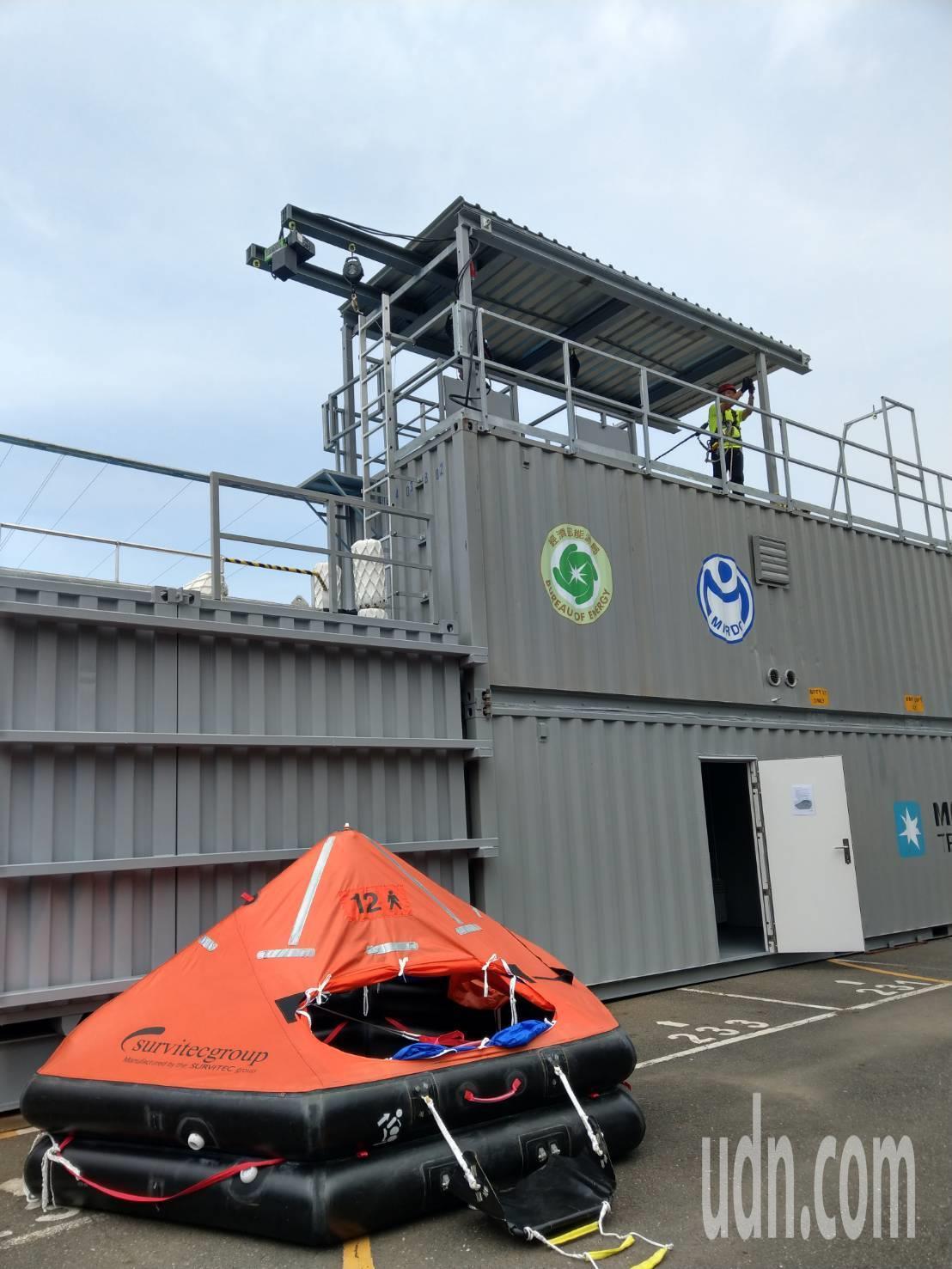 經濟部能源局今天上午在金屬中心開辦離岸風電人才培訓班,全台首座移動式訓練基地同步...