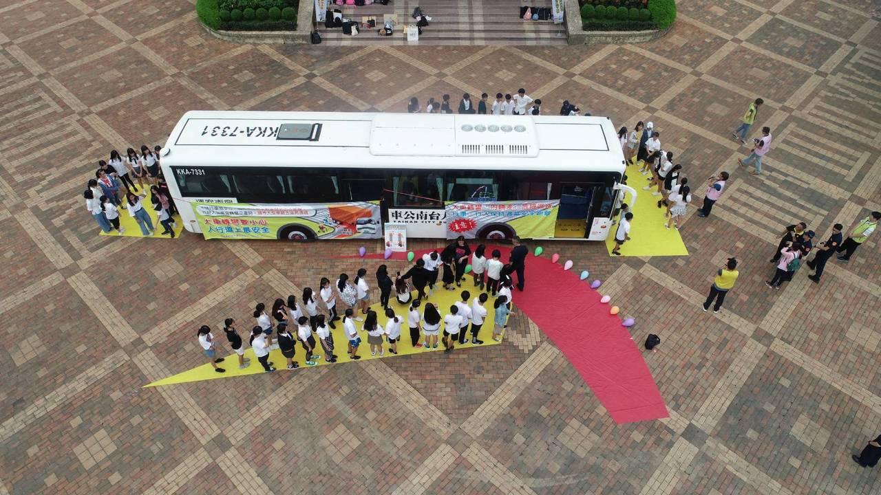 三處黃色區域是大型車的視覺死角,紅色區域是內輪差區。圖/台南市交通大隊提供