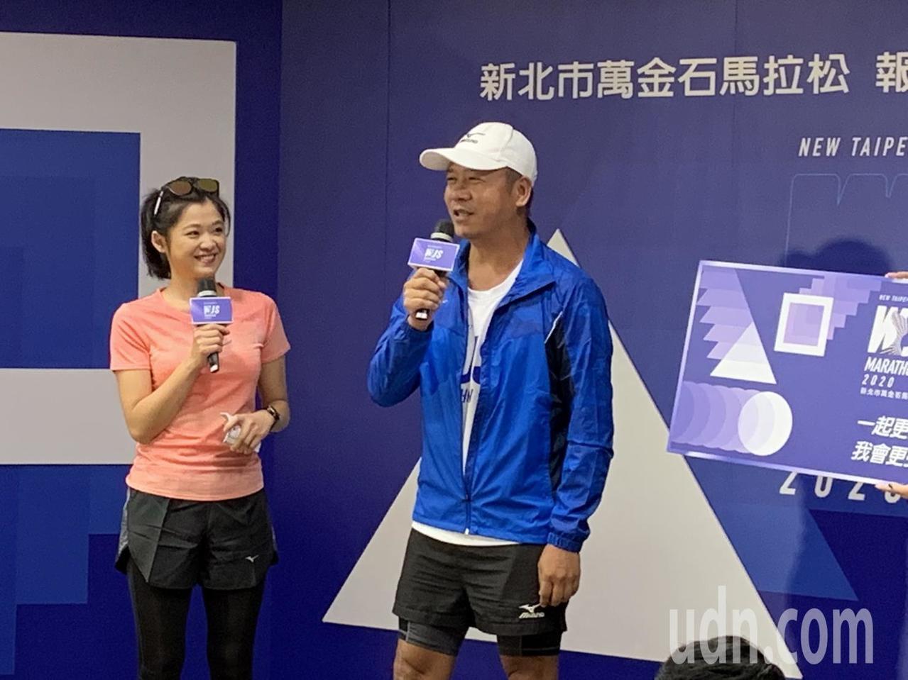 2020萬金石馬拉松邀請設計師蕭青陽(右)設計深藍色主視覺,他表示,台灣就能做到...
