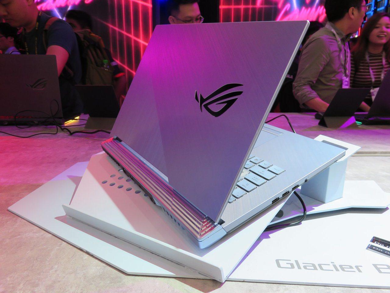 ROG Strix G電競筆電全新冰河藍配色,機身三側同樣配備可自訂控制的絢麗燈...