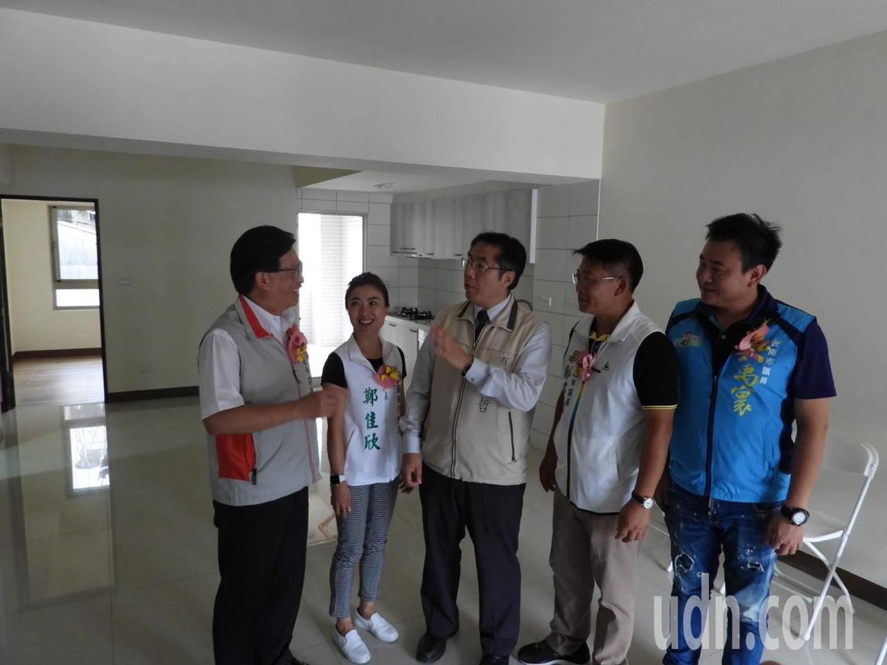 台南震災重建3年,第一棟完工重建公寓大樓今落成,每棟擁有50坪產權。記者周宗禎/...
