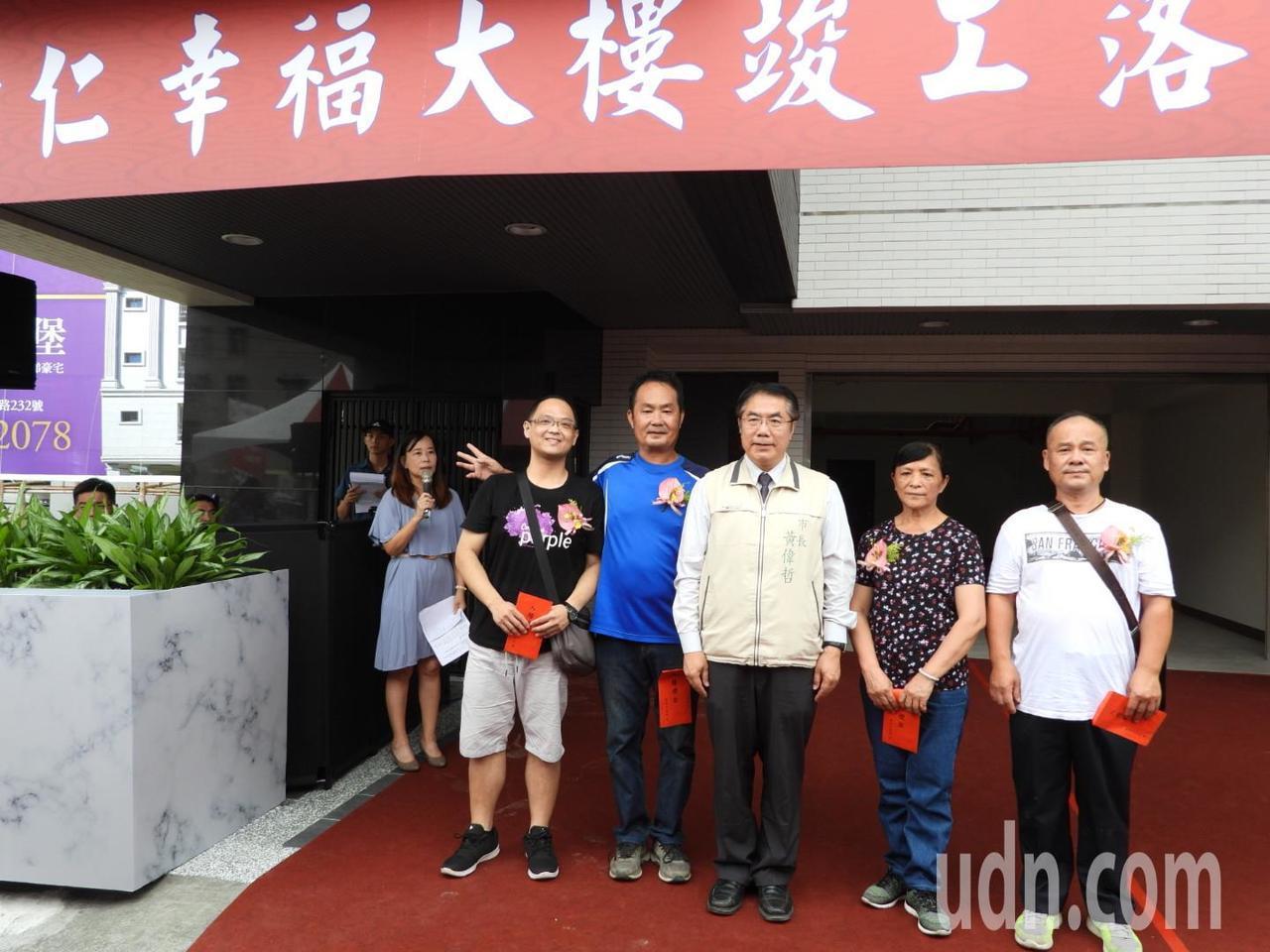 台南震災重建3年,第一棟完工重建公寓大樓今落成,住戶非常感謝。記者周宗禎/攝影