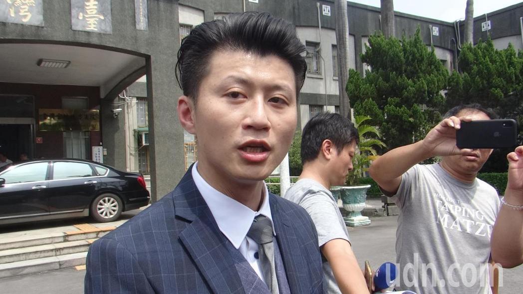 李佳芬委託律師郭羿廷向雲林地方法院和地檢署遞狀控告和自訴。記者蔡維斌/攝影