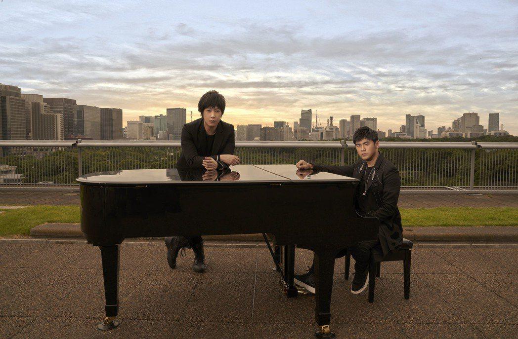 阿信(前)彈吉他與周杰倫彈鋼琴的世紀同框照,驚嚇不少粉絲。圖/杰威爾音樂提供
