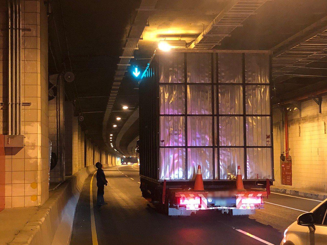 鳳鼻隧道限高4.6公尺,近來發生多起大貨車超高卡在隧道或撞毀隧道頂機電消防設備的...