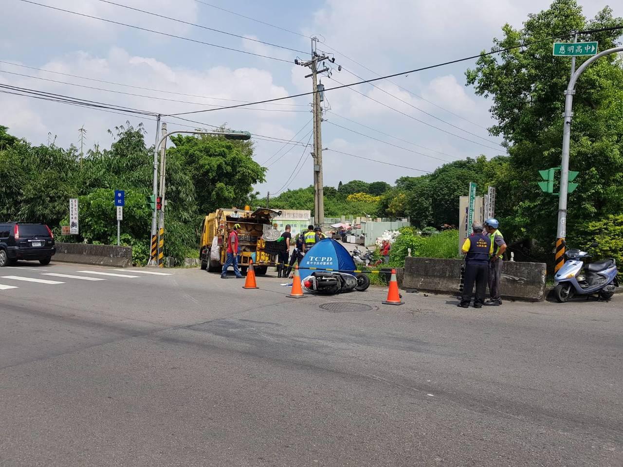 台中市太平區一輛垃圾車與機車碰撞,造成機車騎士當場死亡。圖/民眾提供