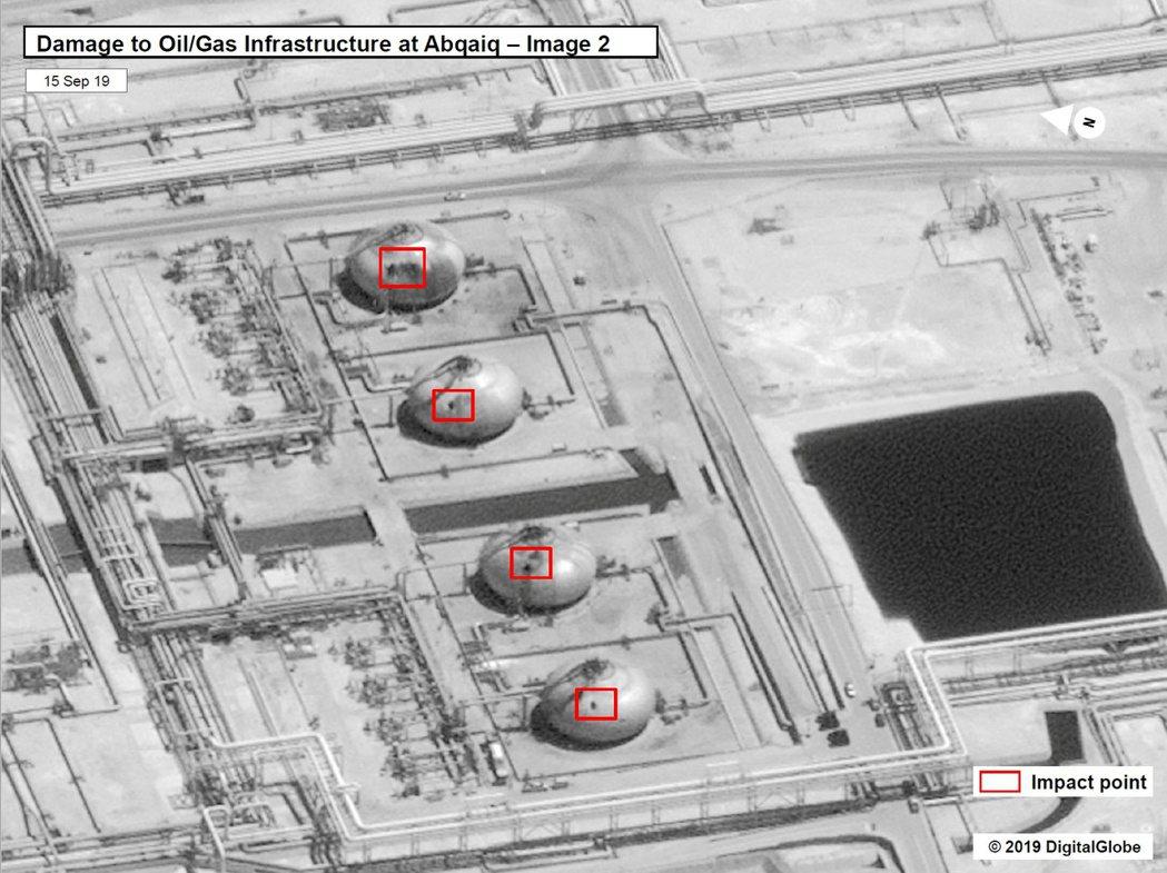 美國釋出衛星畫面,顯示沙國煉油廠有高達17個設施遭受19次攻擊。紐時指出,光憑影...