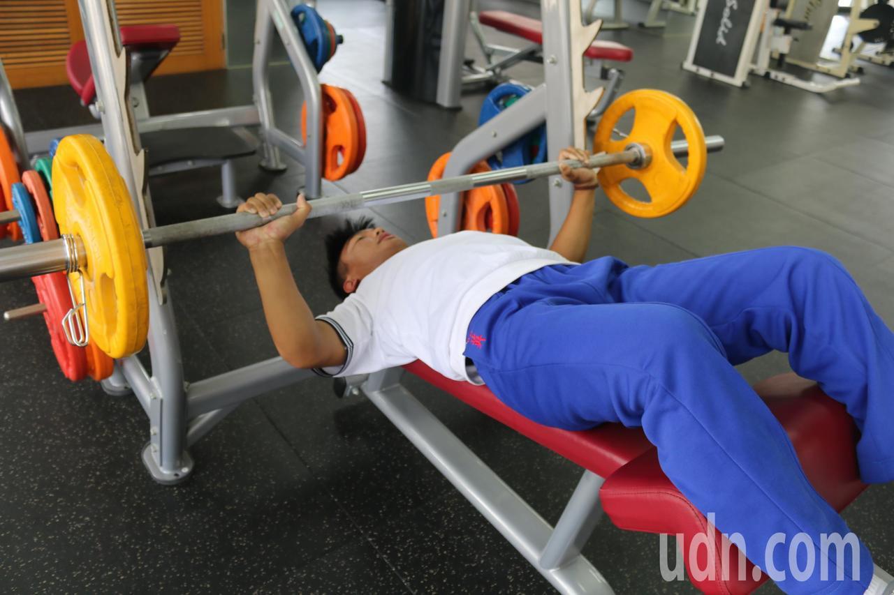健力選手陳主恩展現握推動作。記者徐如宜/攝影