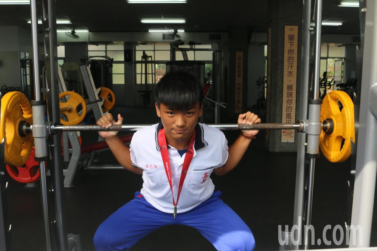 健力選手陳主恩展現蹲舉動作。記者徐如宜/攝影