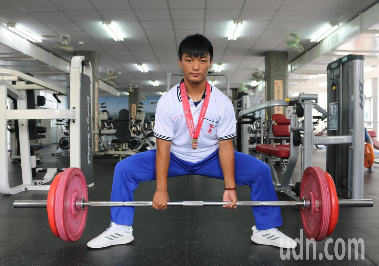 健力選手陳主恩展現硬舉動作。記者徐如宜/攝影