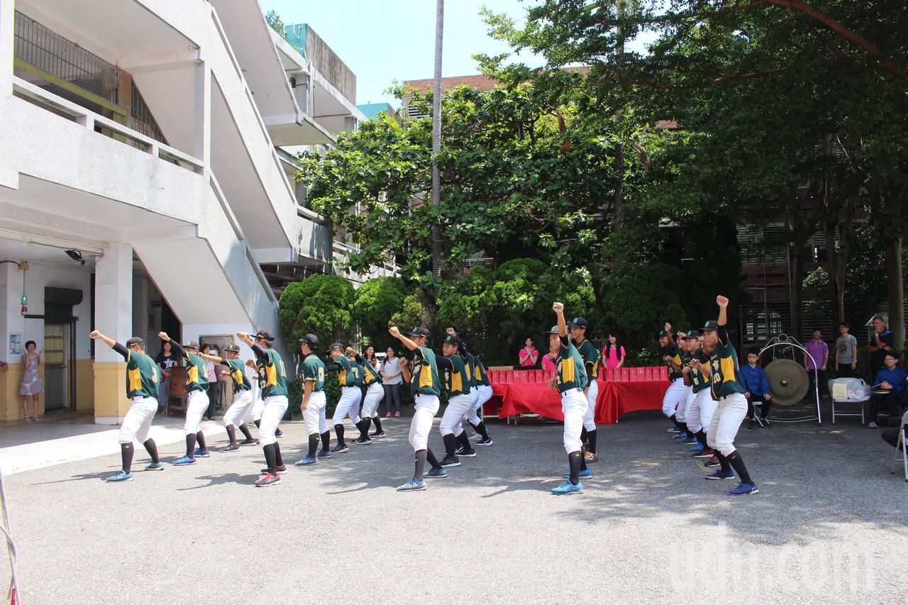 成德高中棒球隊在動土儀式前展示賽前戰舞。記者張雅婷/攝影