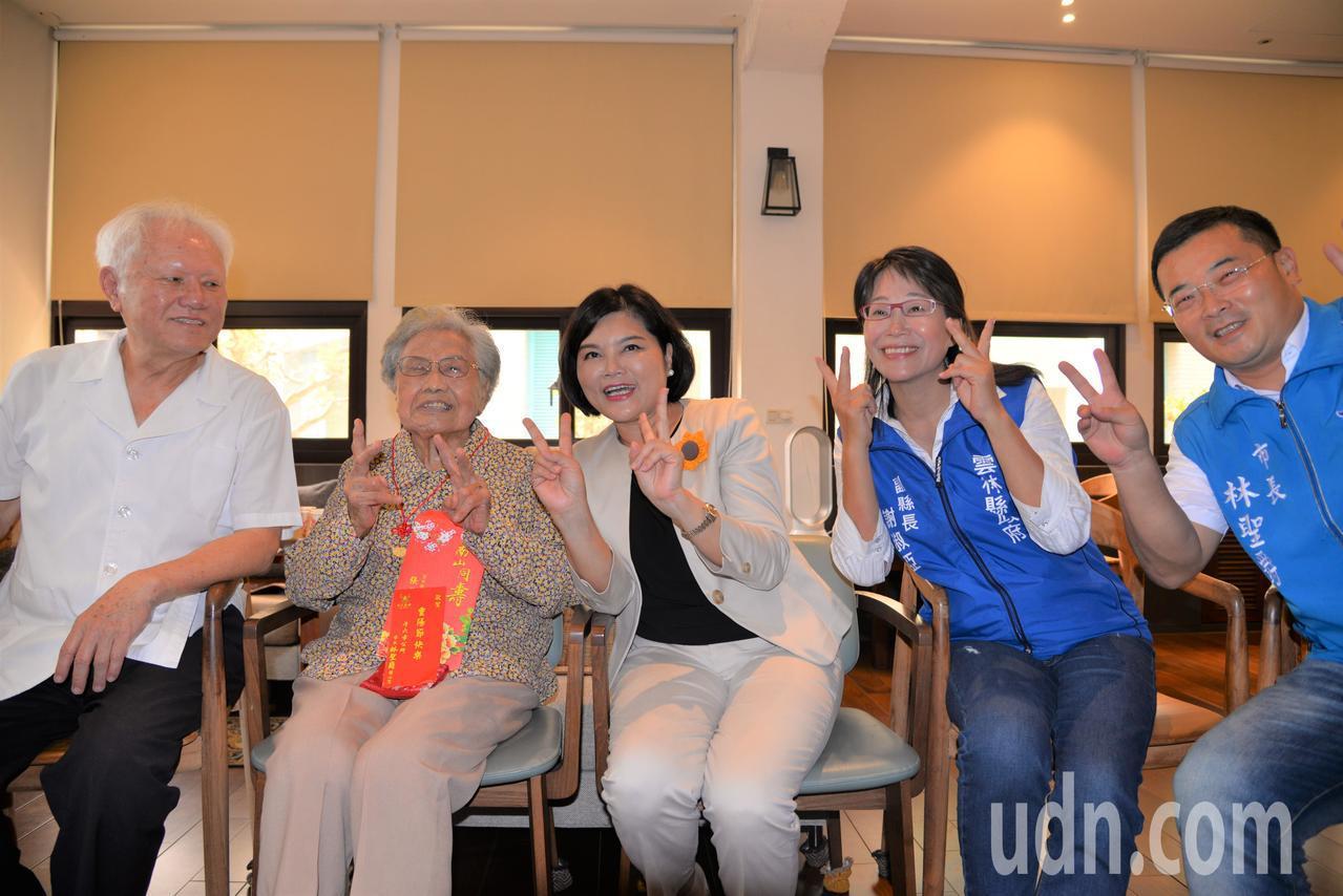 雲林縣長張麗善(右三)今天拜訪百歲人瑞吳黃雪(左二),吳黃雪平日喜愛裁縫,特別穿...