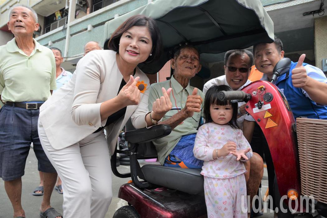 雲林縣長張麗善(左二))今天拜訪百歲人瑞陳萬成(左三),他平時最大休閒就是騎著他...