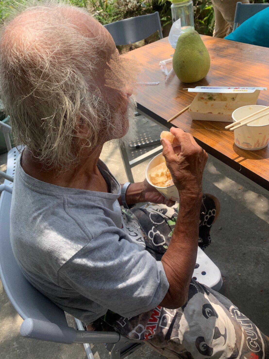 阿昌清潔庇護工場煮了一鍋高麗菜排骨湯,中秋節前夕陪公館鄉78歲邱姓老翁,過了一個...