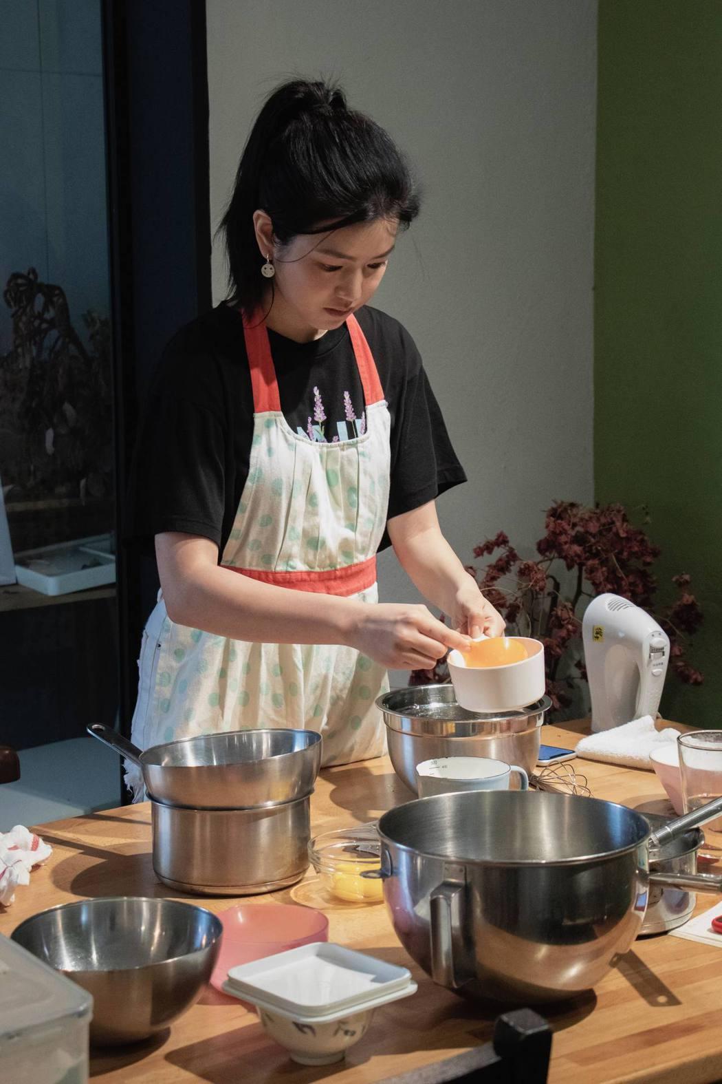 陳妍希為新片練習戚風蛋糕烘培。圖/好好看文創提供