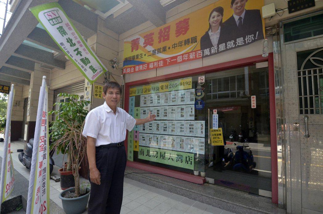 賴坤青年過半百拼創業,勞動部課程助他提升專業考上證照換跑道。圖/分署提供