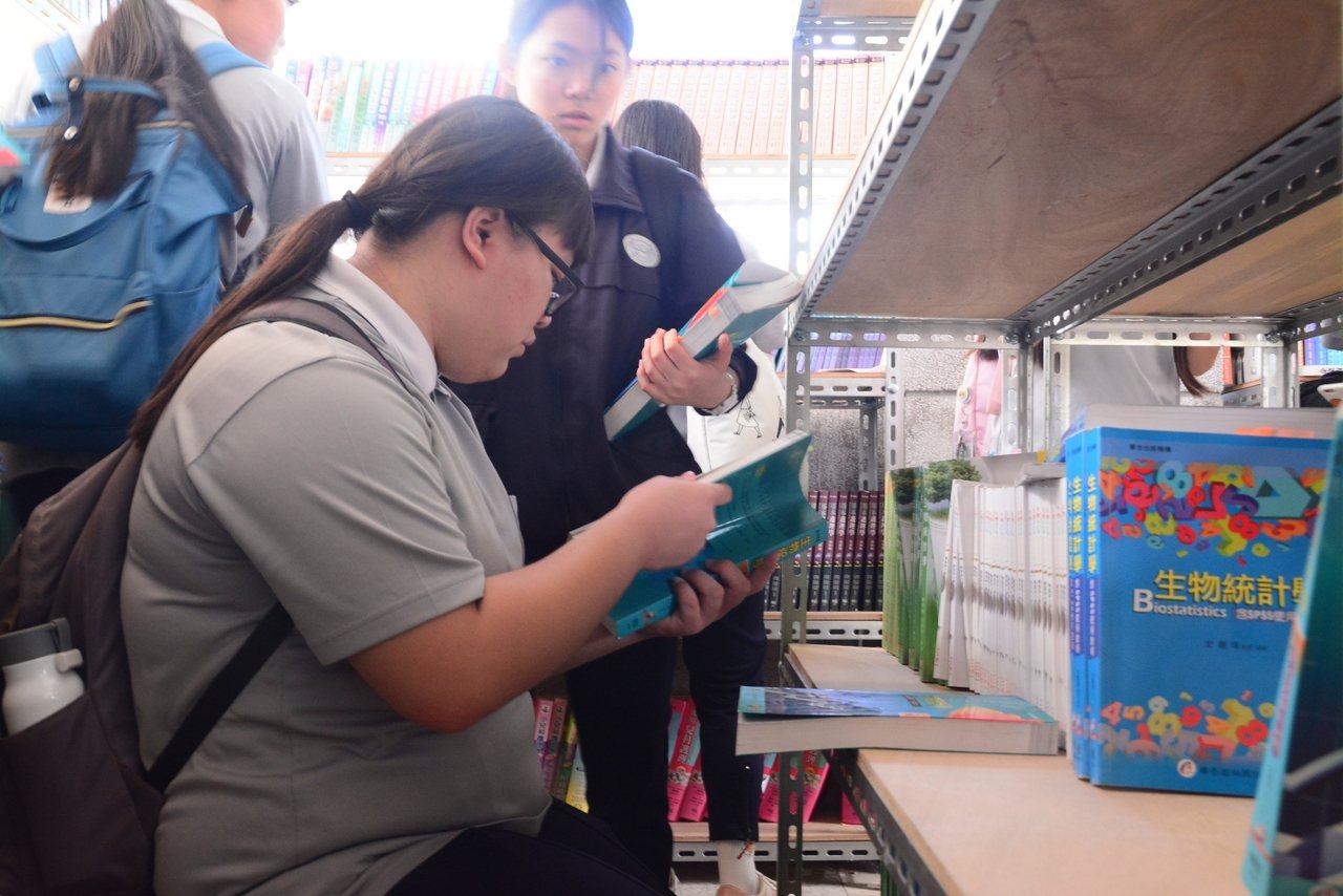 花蓮慈濟科技大學校內的誠實書店,學生自由選購書,再自己結帳投錢。圖/慈濟科大提供