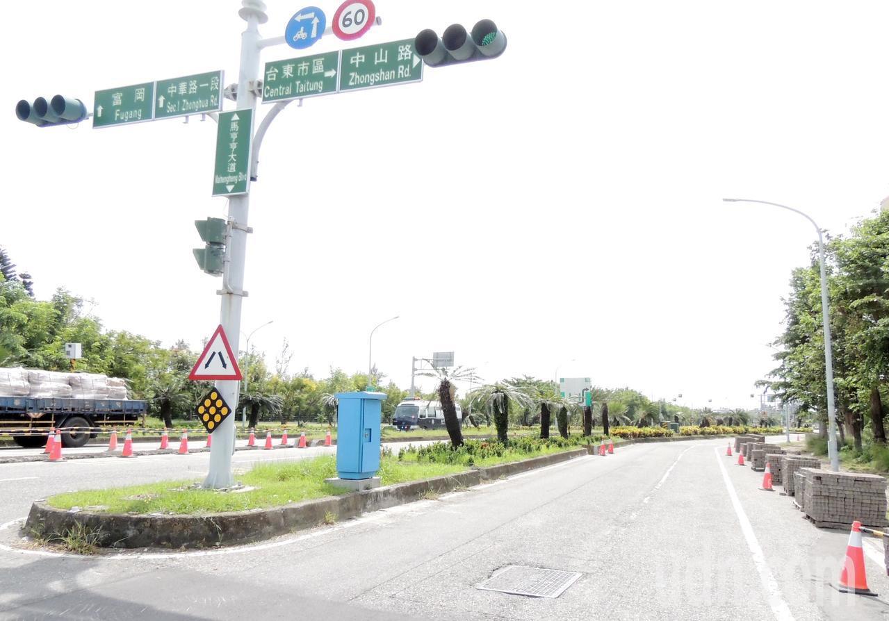 台東縣政府將斥資9975萬餘元修繕台東市馬亨亨大道,包括道路指標改善、沿路350...