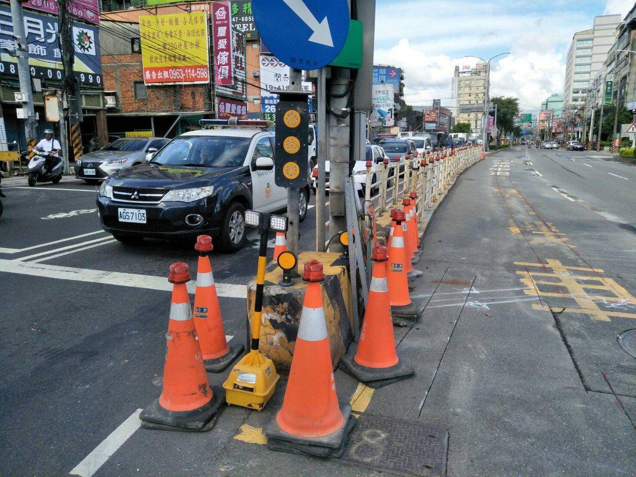 交通局會同養工處在本月2日起調整大同路、新台五路口分隔島及車道,今天凌晨工程完成...