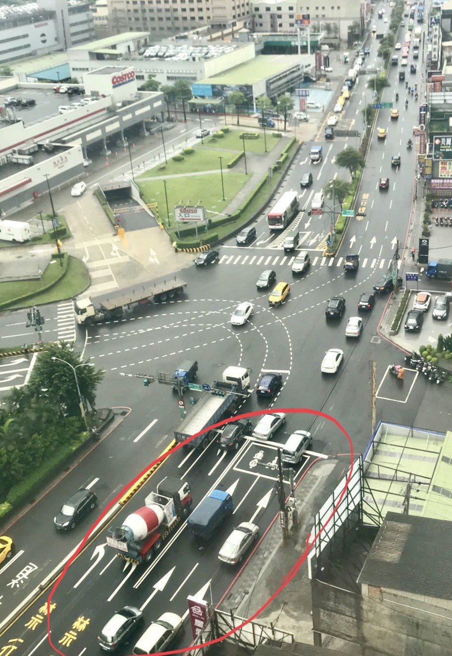 新北市交通局從月初起調整大同路分隔島位置及車道(紅圈處),往台北市南港方向增加1...
