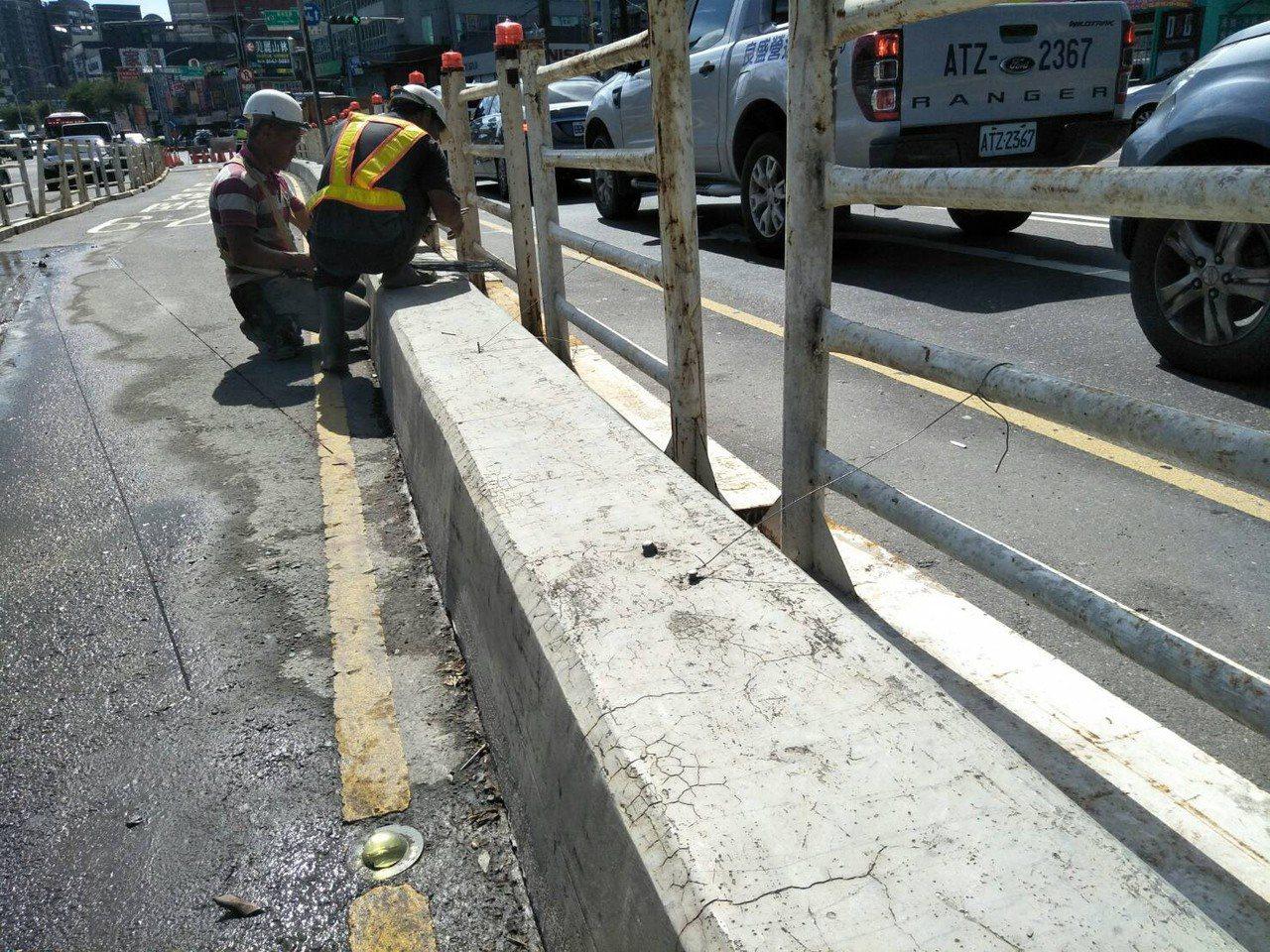 新北市交通局交通順暢小組勘查評估後,會同養工處在2日起調整大同路、新台五路口分隔...