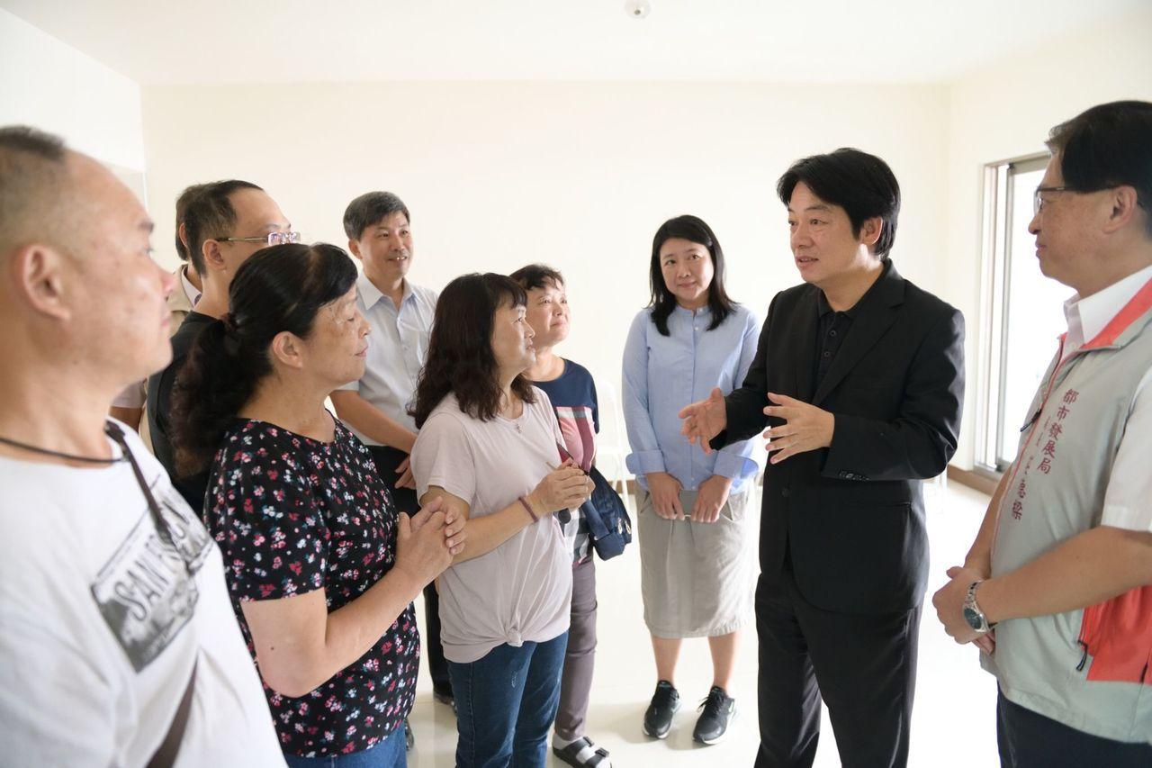台南震災重建公寓大樓「幸福大樓」落成,賴清德提前到場關心住戶。圖/讀者提供