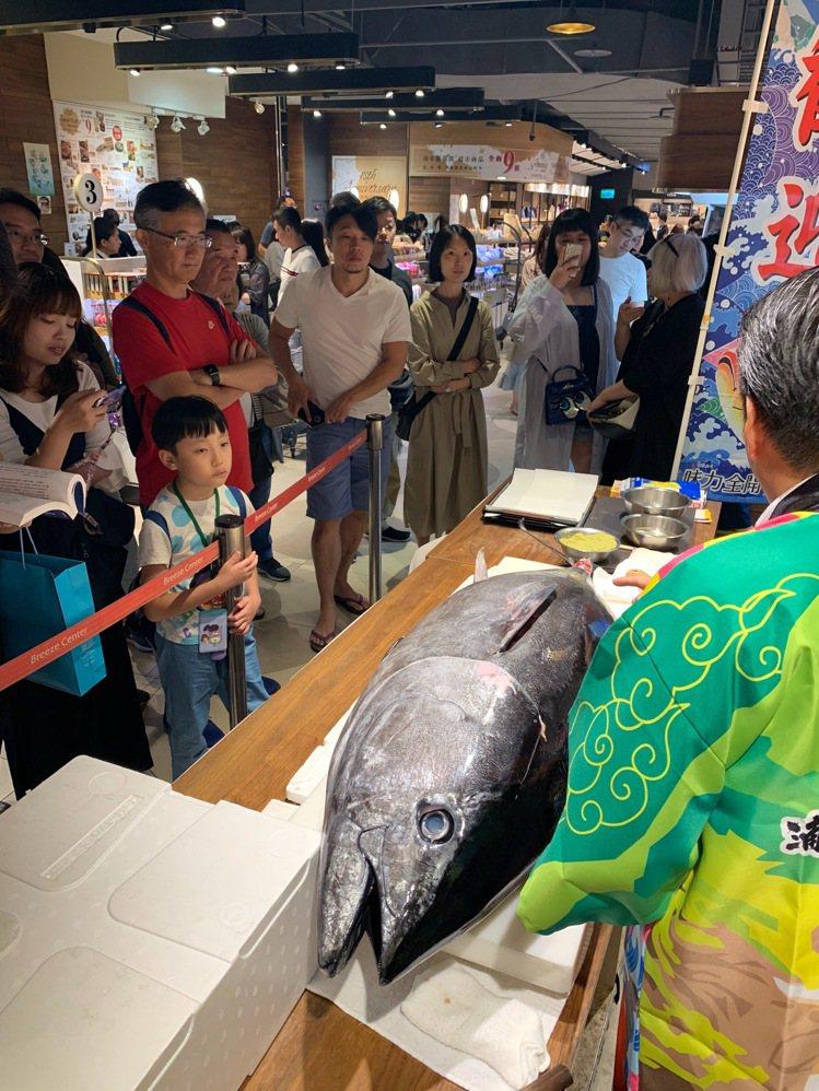 微風廣場周年慶起跑,超市人潮及買氣強強滾。圖/微風集團提供