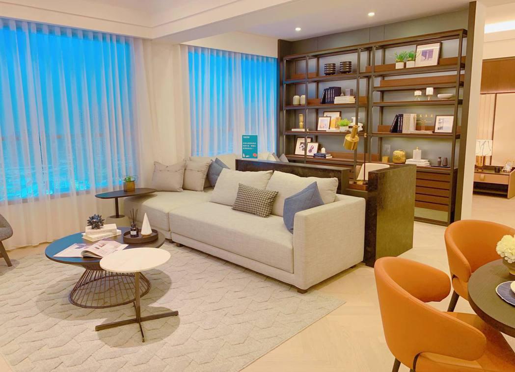 寬敞客廳搭配明亮採光,提供舒適入住體驗。記者徐力剛/攝影