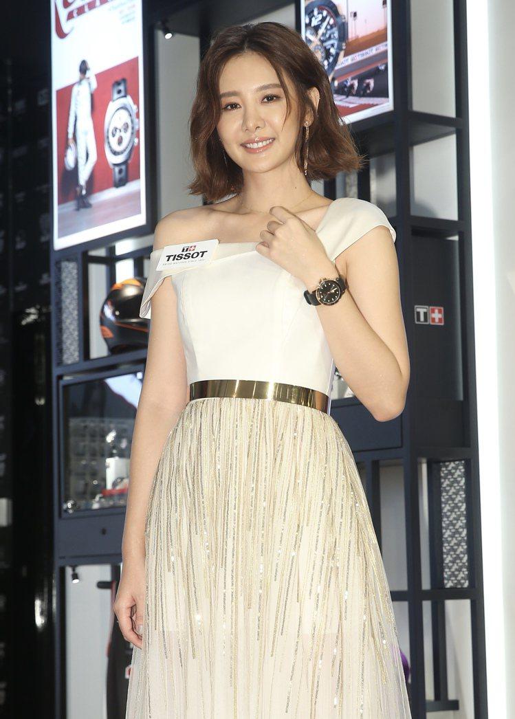 女星安心亞以白色禮服搭配天梭表Seastar 1000海星系列自動上鍊腕表,約2...