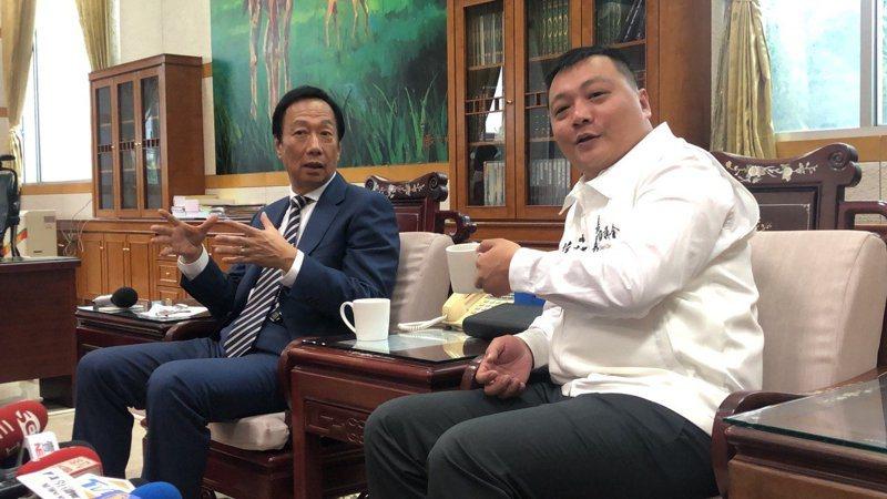 嘉義市副議長蘇澤峰日前(右)邀請鴻海創辦人郭台銘來座談。圖/本報資料照片