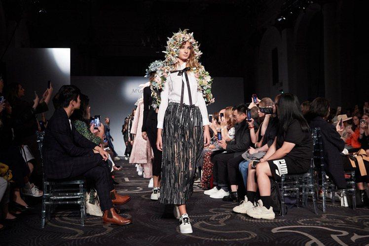APUJAN春夏時裝系列用花、時鐘、黑膠等物件,來訴說時間的故事。圖/APUJA...