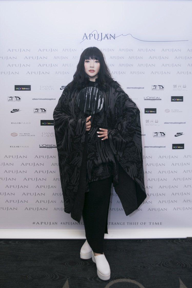 唐綺陽身穿黑色針織洋裝、配戴緹花長斗篷成為秀上一大驚喜。圖/APUJAN提供