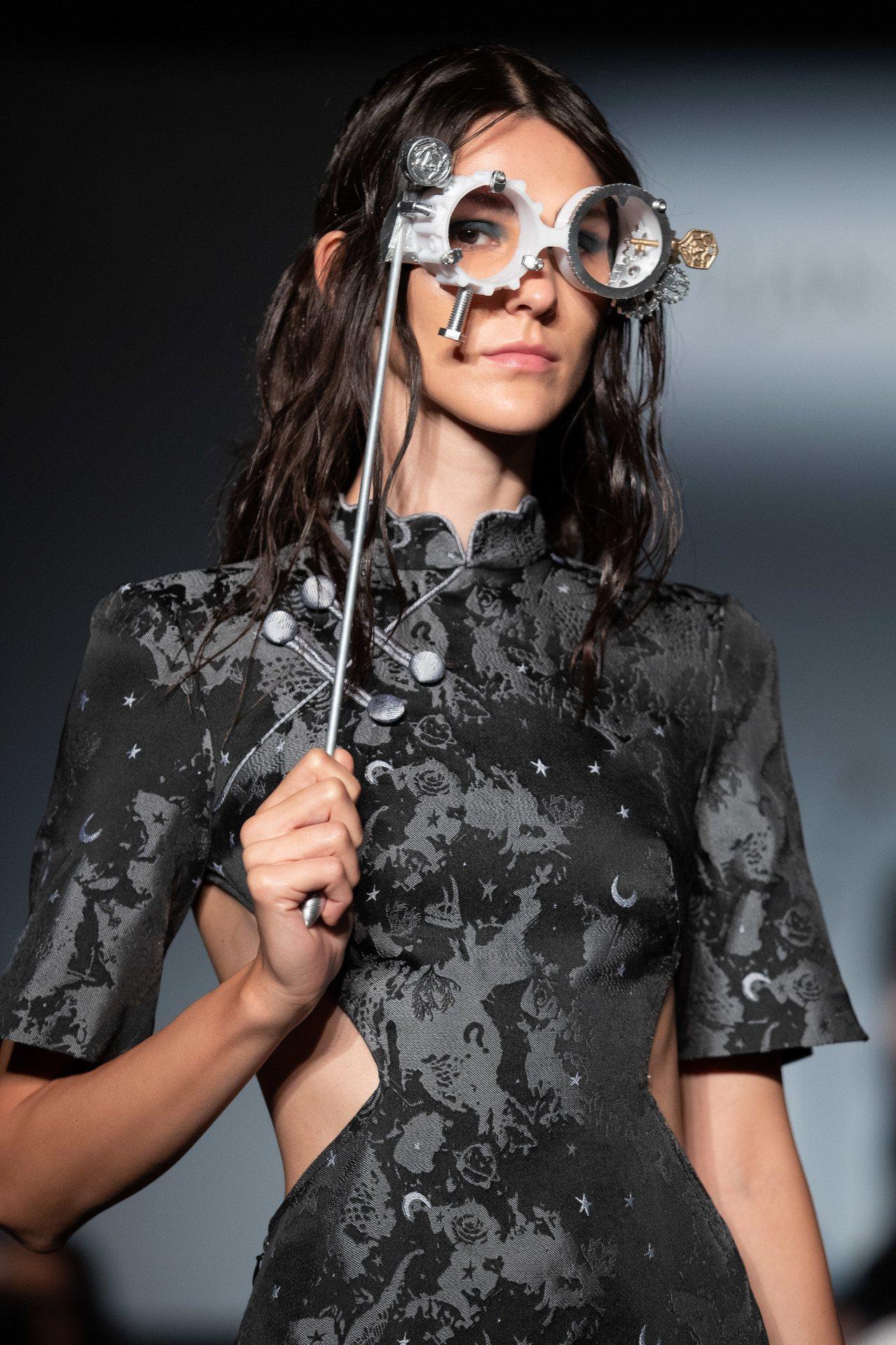 APUJAN以3D列印打造時光盜賊主題的象徵符號,包含眼鏡、懷錶等道具。圖/AP...