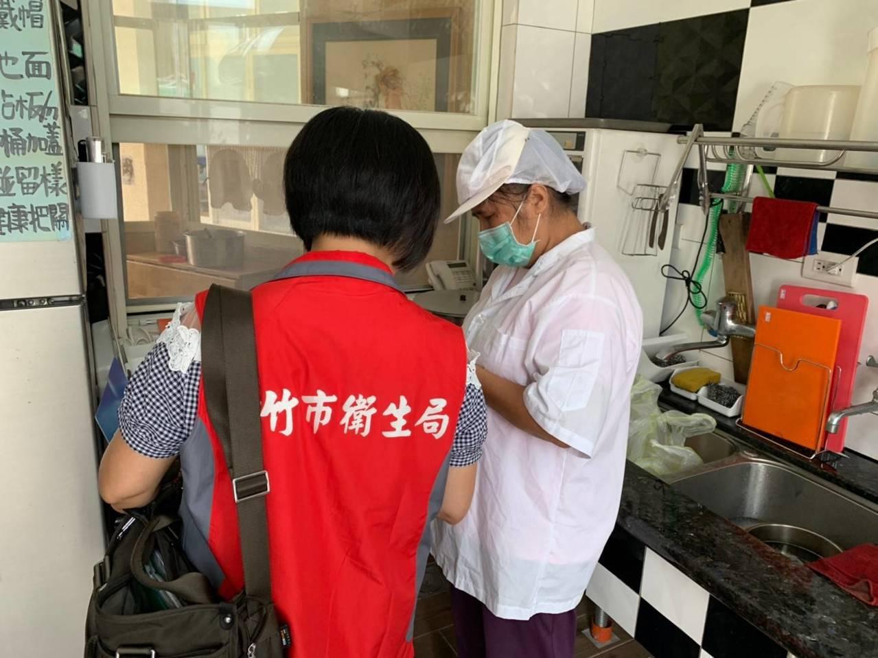 新竹市府衛生局昨天與教育處聯合稽查,仍發現有逾期食品,因此對業者開罰新台幣12萬...