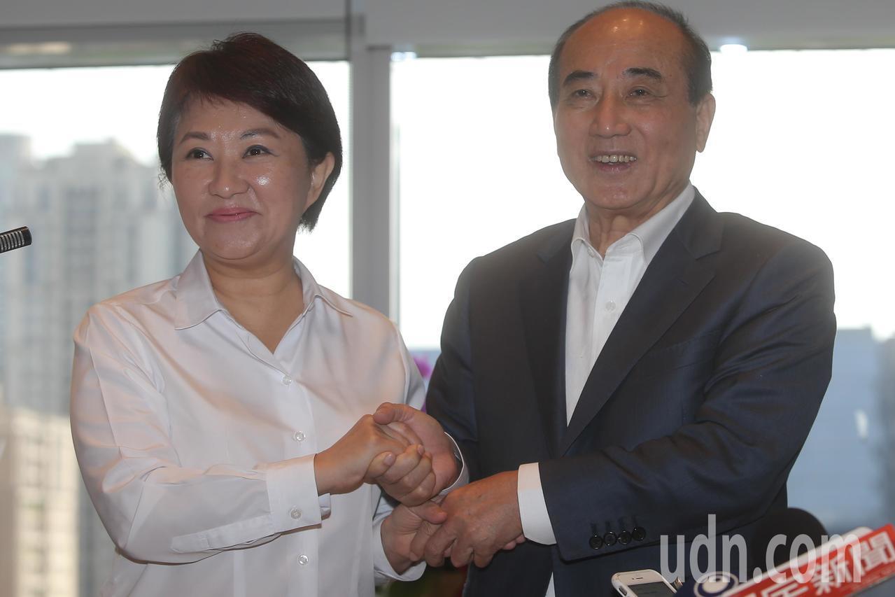立法院前院長王金平(右)拜訪台中市長盧秀燕(左)時機敏感,盧秀燕說,她跟王金平是...
