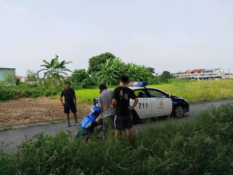 警方在水上鄉後溪洲公園旁,發現劉姓通緝犯,逮捕後聯絡警車載回。圖/警方提供