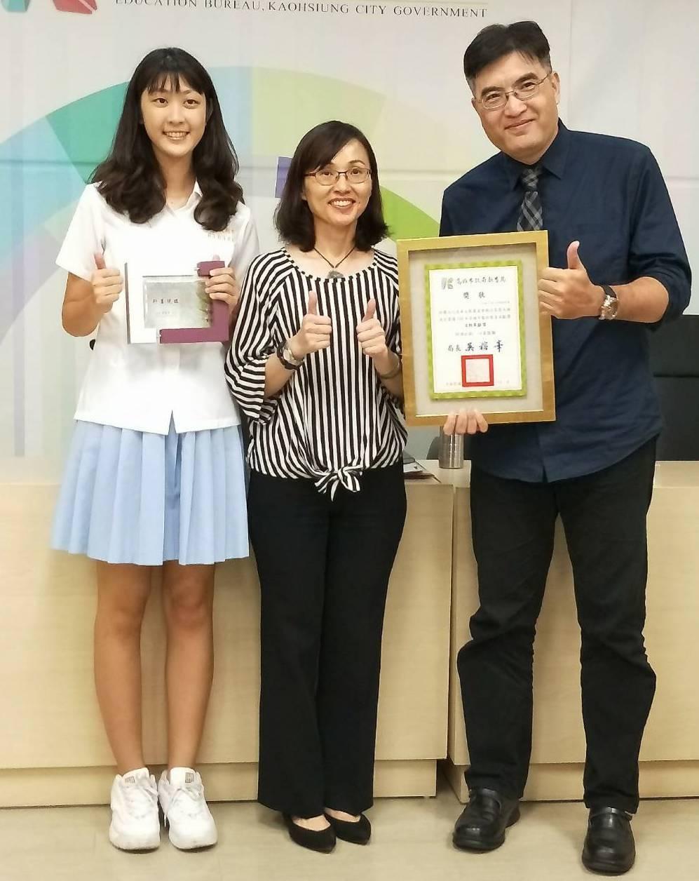 張天雄(右)與張筑貽(左)父女,分獲社會教育貢獻獎、藝術教育貢獻獎與家庭教育獎,...