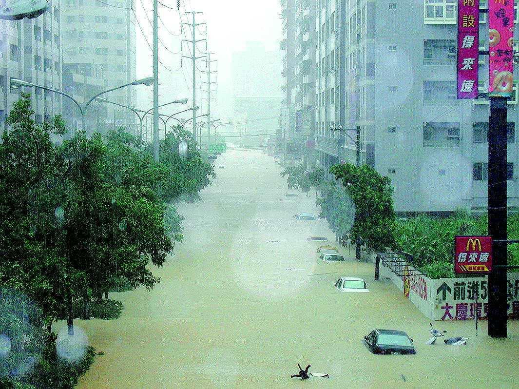 2001年納莉颱風後,汐止再次成為「水都」,新台五路整排車輛泡在水中,只剩車頂露...