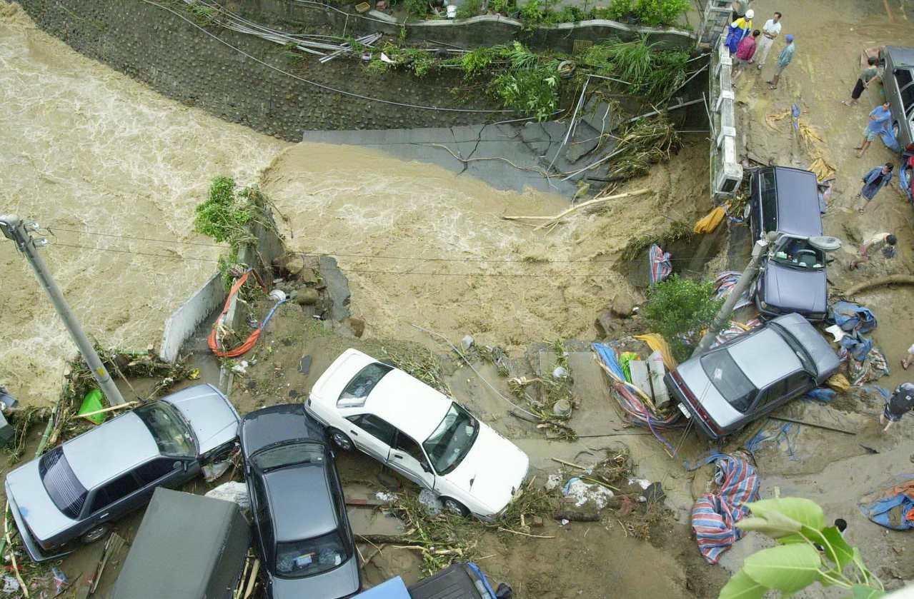 2001年9月17日納莉颱風侵台,汐止受創慘重,靠基隆河附近的路面被沖刷淘空,許...